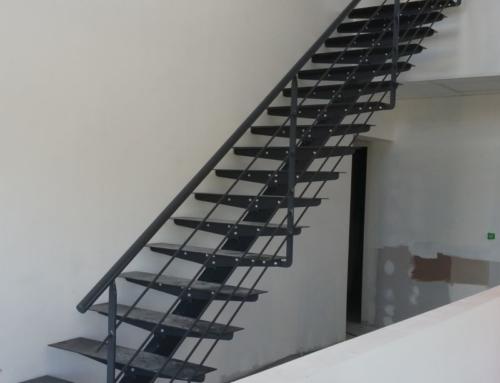 Escalier à Limon Central avec Palier d'Arrivée